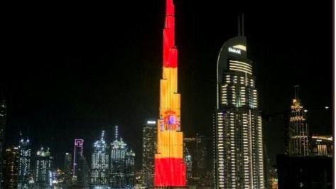 La bandera de España en el edificio más alto del mundo, el Burj Khalifa