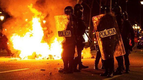 Efectivos policiales durante los disturbios en la Delegación del Gobierno de Barcelona.