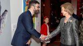 La reina Sofía saluda al pintor gaditano Javier Palacios Rodríguez, ganador de la 34 edición de los Premios BMW de Pintura.