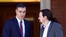 El presidente del Gobierno en funciones, Pedro Sánchez, recibe al líder de Unidas Podemos, Pablo Iglesias, en el Palacio de la Moncloa.