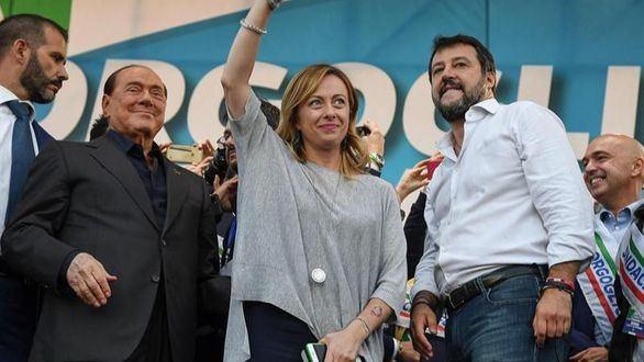 Salvini se da la mano con Berlusconi y manda un saludo al secesionismo catalán