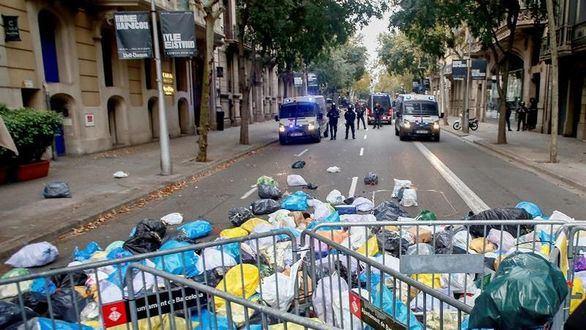 El secesionismo aparca la violencia y abraza las bolsas de basura y las sentadas