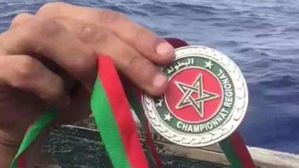 Un excampeón marroquí de taekwondo tira su medalla desde una patera, camino de España