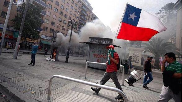 Chile sale a la calle el sexto día de protestas para pedir la renuncia de Piñera