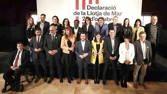 Los dirigentes de EH Bildu, Arnaldo Otegi (3d) y Maddalen Iriarte (2d), junto con el vicepresidente del Govern, Pere Aragonès (c), la dirigente de ERC, Marta Vilalta, (4d) los dirigentes de JxCat, Eduard Pujol (3i) y Laura Borràs (4i), posan con el resto de fuerzas políticas catalanas, vascas, gallegas, baleares y valencianas, como JxCat, ERC, la CUP, EH Bildu, BNG, Esquerra Valenciana o MÉS, tras firmar este viernes en Barcelona una solemne declaración conjunta en la que reclaman un acuerdo político sobre la crisis catalana, la defensa del derecho a la autodeterminación de 'nuestros pueblos' y la liberación de los 'presos políticos'.