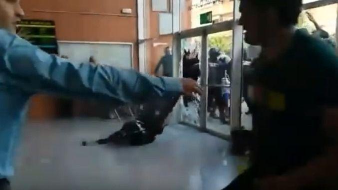 Nueve meses de prisión por lanzar una silla a un guardia civil el 1-O