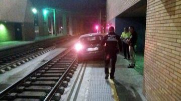Un conductor despistado circula por la vía del tren hasta llegar a la estación de Santa Justa