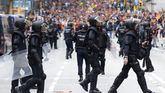 Agentes antidisturbios durante las protestas que se están produciendo ante la comisaria de la Policía Nacional de Via Laietana, en Barcelona.
