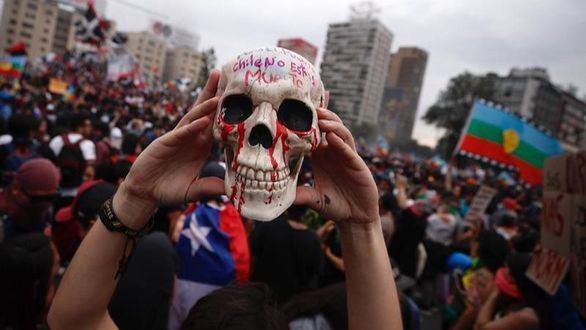 Piñera reconoce abusos policiales y se abre a cambiar la Constitución chilena