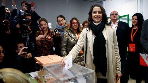 Arrimadas, increpada al acudir a votar en Barcelona