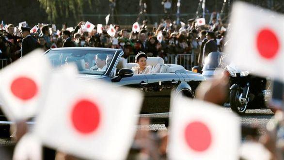 Japón se rinde en el saludo a Naruhito y Masako, sus nuevos emperadores