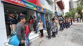 Ciudadanos bolivianos realizan largas filas en el Estatal Banco Unión.