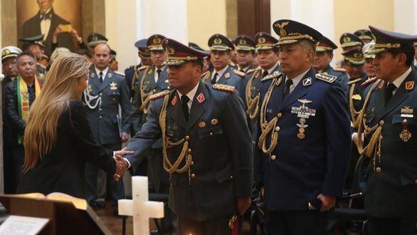 La tensión se dispara en Bolivia y la nueva presidenta renueva la cúpula militar