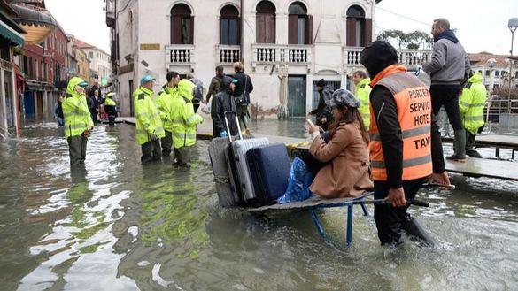 El 'acqua alta' no da tregua: supera el metro y medio e inunda el 70 % de Venecia