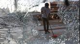 Soldados del Ejército chino limpian las calles de Hong Kong tras las protestas