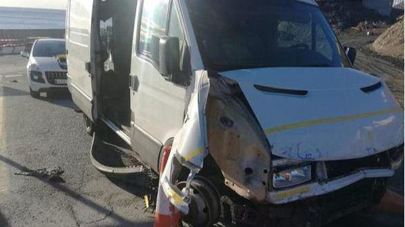 Una furgoneta con 52 inmigrantes revienta la frontera de Ceuta