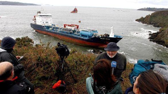 Un buque mercante encalla en la costa coruñesa tras sufrir un incendio