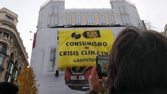 Día negro para el planeta: Greenpeace despliega una pancarta en Madrid
