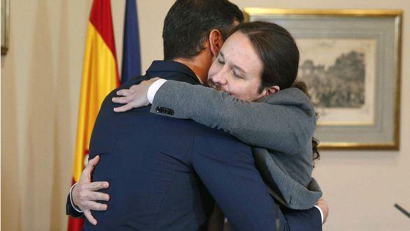 El presidente del Gobierno en funciones, el socialista Pedro Sánchez, y el líder de Unidas Podemos, Pablo Iglesias, se abrazan tras firmar un acuerdo para la formación de un Ejecutivo de coalición.