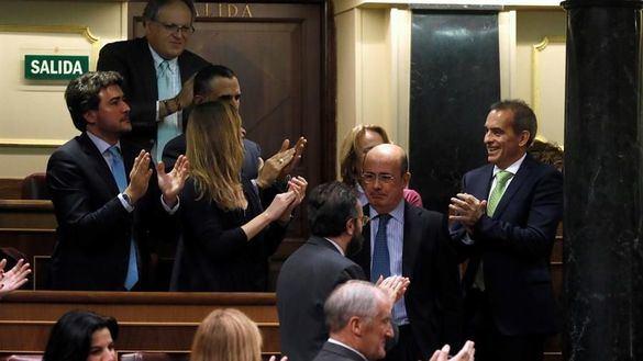 El diputado de Vox Antonio Gil Lázaro es aplaudido por sus compañeros después de que Vox haya logrado entrar en la Mesa del Congreso al menos con una vicepresidencia.