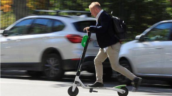 La DGT pone freno al patinete eléctrico: prendas reflectantes y multas de 1.000 euros