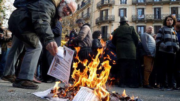 Los separatistas queman ejemplares de la Constitución y banderas