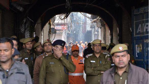 Mueren 43 personas en el incendio desatado en una fábrica textil en Nueva Delhi