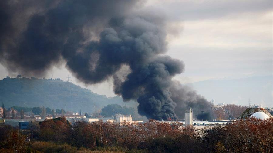 Un incendio industrial en Montornés causa llamas de 50 metros de altura