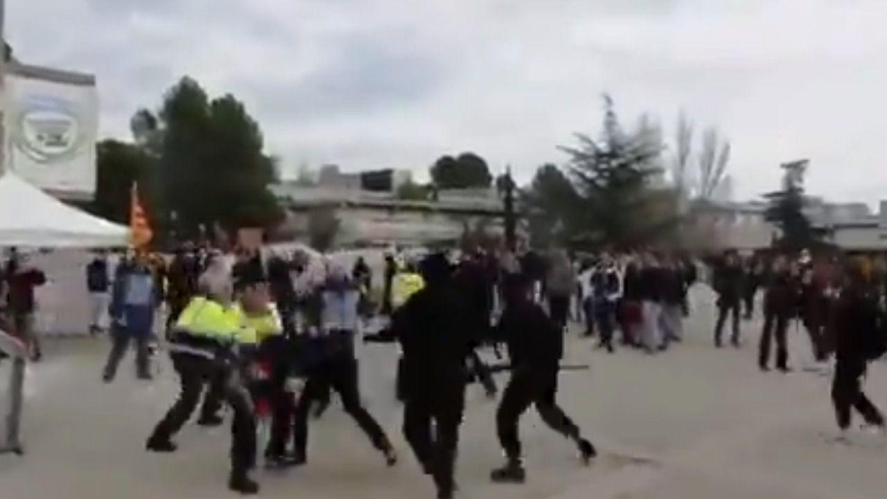 Encapuchados separatistas la emprenden a palos con estudiantes constitucionalistas