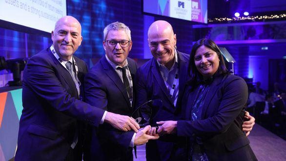 De izquierda a derecha: el vicepresidente de la Comisión de Control del PPE, Jaume Prat; el director de área de VidaCaixa, Albert Sabat, y el presidente de la Comisión de Control del PPE, Jordi Jofra, junto a una sponsor de los IPE Awards.