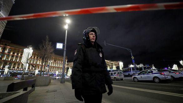 Policía ruso en la plaza cerrada donde se encuentra el FSB, antiguo KGB