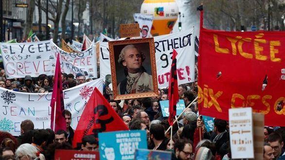 Macron renuncia a la pensión vitaliacia como expresidente en plena crisis