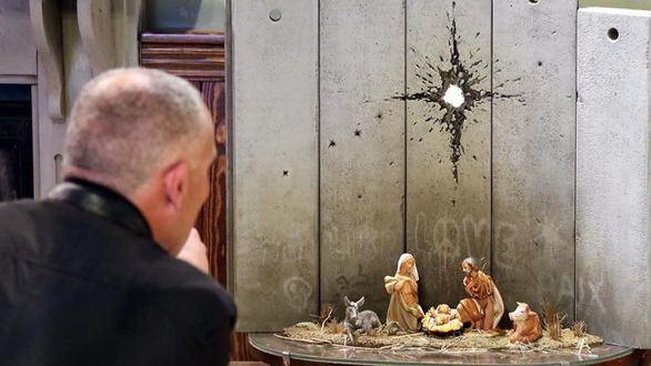 Banksy instala en Belén un pesebre con un muro y un agujero de proyectil