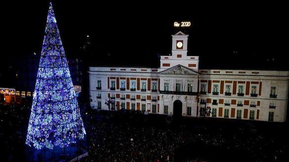 Los españoles cumplen con la tradición y las campanadas de la Puerta del Sol