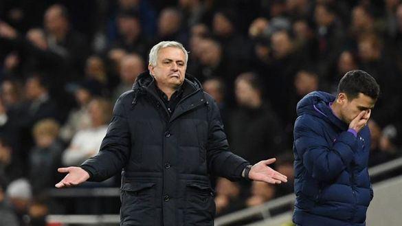 Mourinho, amonestado por ir al banquillo rival a ojear las notas del entrenador