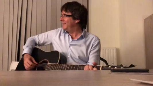 Puigdemont comienza el año tocando la guitarra y pidiendo que le lleven a casa