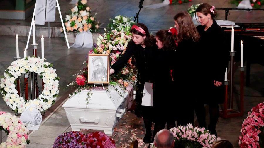 Marta Luisa de Noruega y sus hijas despiden a Ari Behn en un multitudinario funeral