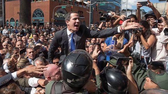 Guaidó jura como presidente pese a la represión paramilitar de Maduro