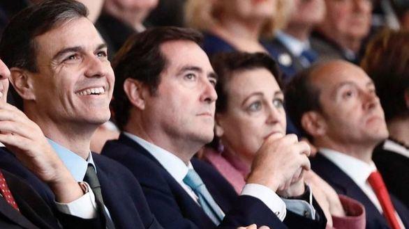 El presidente de la CEOE, Antonio Garamendi, (c) entre el presidente Pedro Sánchez y la ministra Magdalena Valerio.
