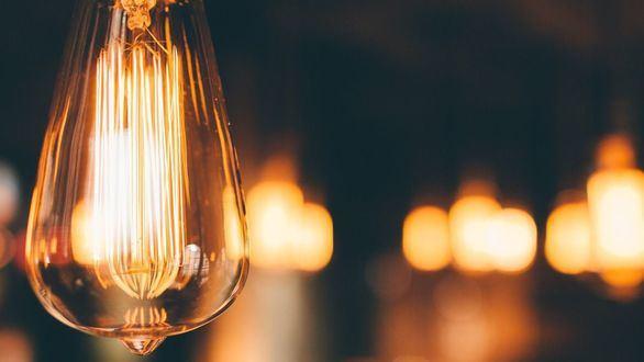 Algunos usuarios pagan hasta 28 euros más en la factura de la luz: lista de las eléctricas más caras