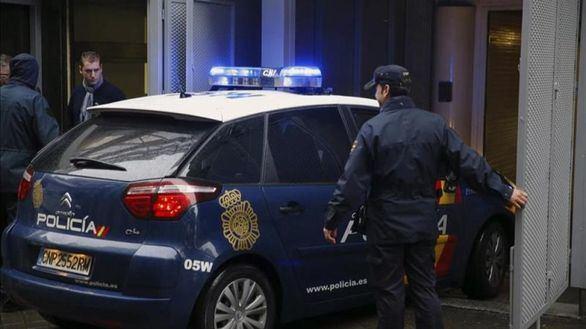 Muere un hombre por disparos de un policía a quien acuchilló en el cuello