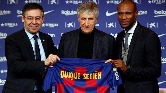 Quique Setién, junto al presidente del FC Barcelona, Josep María Bartomeu, y el director deportivo, Erick Abidal.