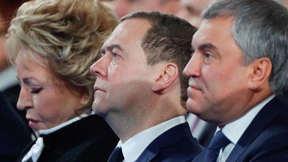 El primer ministro ruso Dimitri Medvédev (centro), este miércoles.