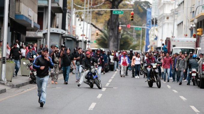 Paramilitares de Maduro disparan contra los opositores de Guaidó
