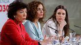 La portavoz del Gobierno y ministra de Hacienda, María Jesús Montero (c), acompañada por las ministras de Igualdad, Irene Montero (d), y de Educación, Isabel Celáa, durante la rueda de prensa posterior a la reunión del Consejo de Ministros.