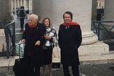El cantante Raphael, acompañado por su esposa, Natalia Figueroa, y por el padre Ángel en la plaza de San Pedro del Vaticano.