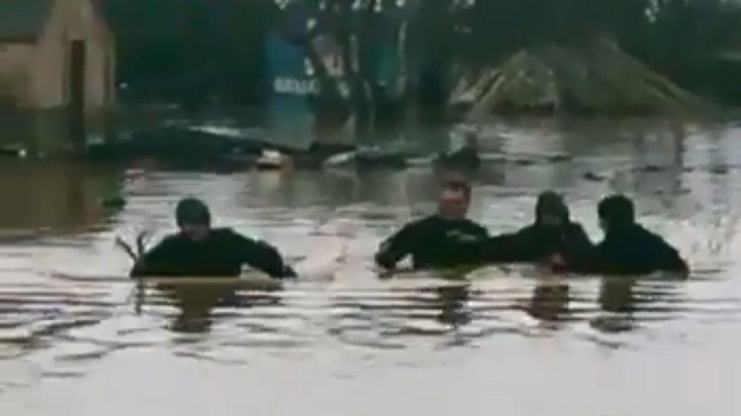 Los Mossos rescatan a un hombre atrapado por la crecida del río Ter