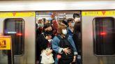 Pasajeros del metro de Taipei con mascarillas.