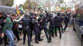 entenares de agricultores confrontan con miembros de la policía nacional durante una protesta organizada por las organizaciones agrarias UPA-UCE, Asaja Cáceres, Asaja Badajoz, APAG Extremadura ASAJA y COAG.