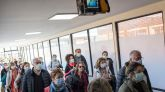 Pasajeros con mascarillas en el aeropuerto de Nepal pasan bajo un sensor térmico.